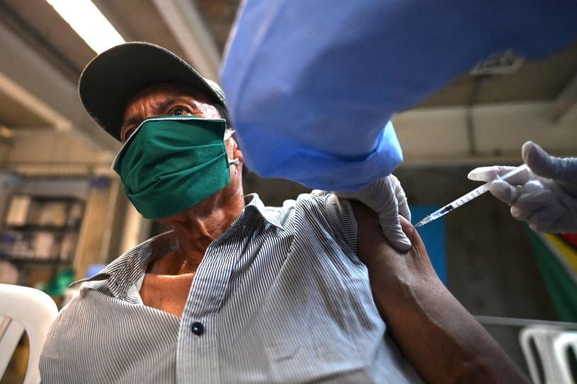 Mężczyzna przyjmujący szczepionkę firmy Pfizer/BioNTech, zdjęcie ilustracyjne /Luis ROBAYO/AFP /AFP
