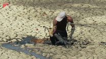 Mężczyzna ratuje antylopę z błotnistej pułapki