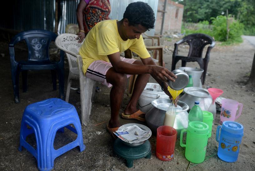 Mężczyzna rozlewa domowej roboty alkohol, zdj. ilustracyjne /AFP