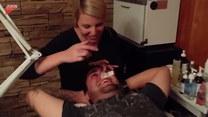 Mężczyzna szykuje się do depilacji nosa. Śmieje się jak szalony!