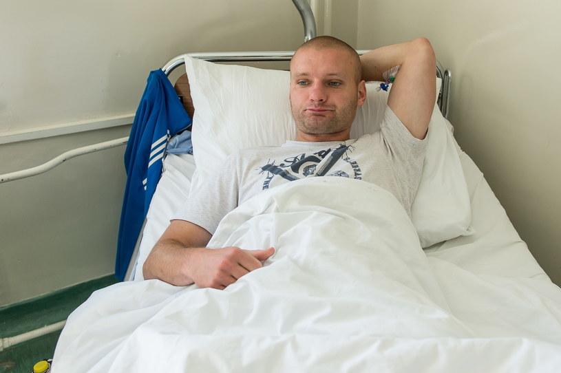 Mężczyzna trafił do szpitala z poparzonym przełykiem, po tym jak wypił oryginalnie zapakowaną gazowaną wodę z etykietą Żywioł Żywiec Zdrój /Maciej Kulczyński /PAP