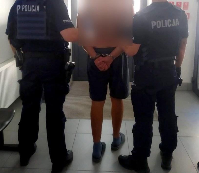 Mężczyzna ukrył się przed policją w stogu siana /KPP Sejny /materiały prasowe