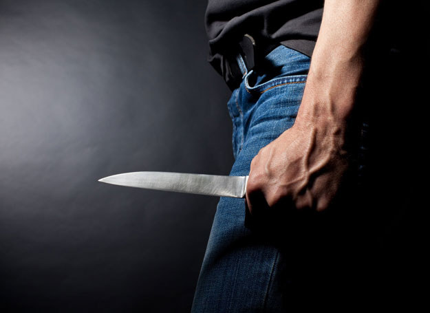 Mężczyzna usiłował zranić policjantów nożem /123RF/PICSEL