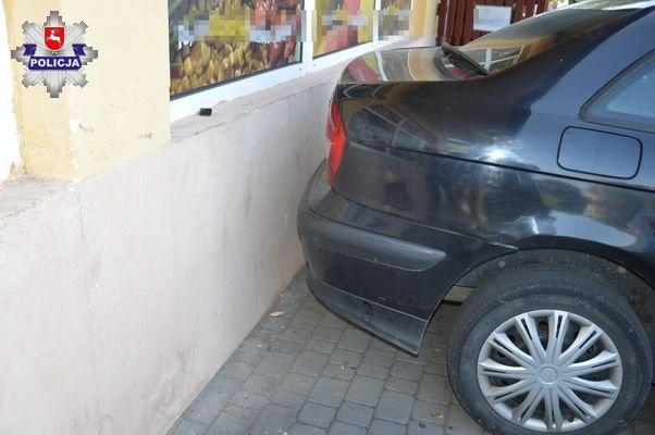 Mężczyzna uszkodził inne auto oraz elewację /
