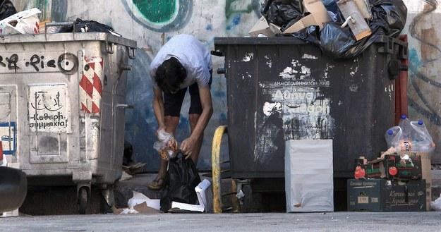 Mężczyzna w Atenach szuka jedzenia /SIMELA PANTZARTZI  /PAP/EPA