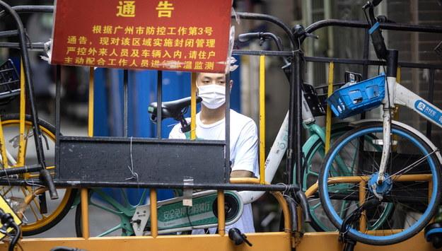 Mężczyzna w Guangzhou /ALEX PLAVEVSKI /PAP/EPA