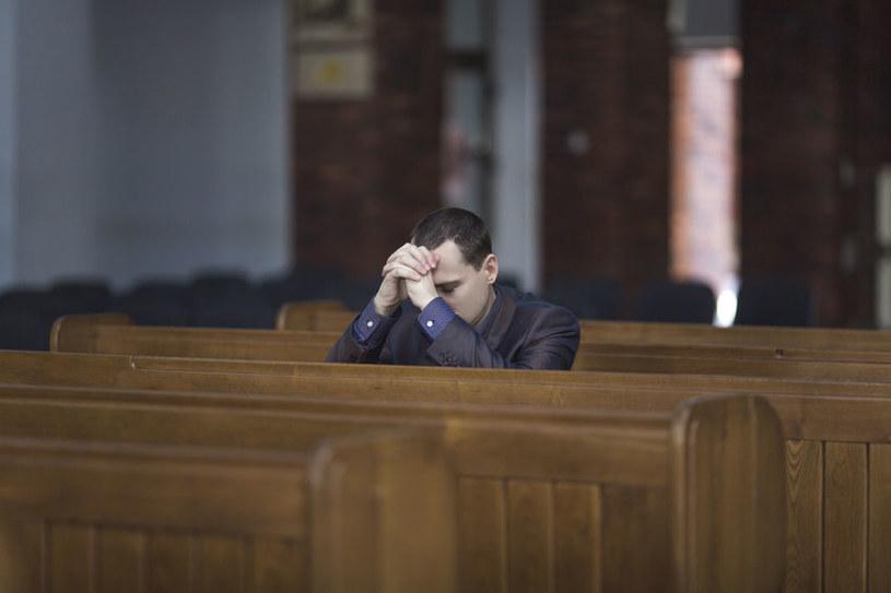 Mężczyzna w kościele /©123RF/PICSEL