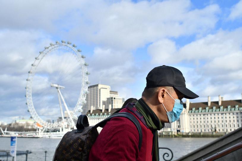Mężczyzna w maseczce w centrum Londynu. Brytyjczycy coraz bardziej boją się koronawirusa /JUSTIN TALLIS /East News