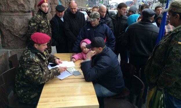 Mężczyzna w trakcie zgłaszania się do wojska /Krzysztof Berenda /RMF FM