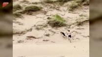 Mężczyzna wbiega z psem pod piaszczyste wzgórze. Nagle stało się to