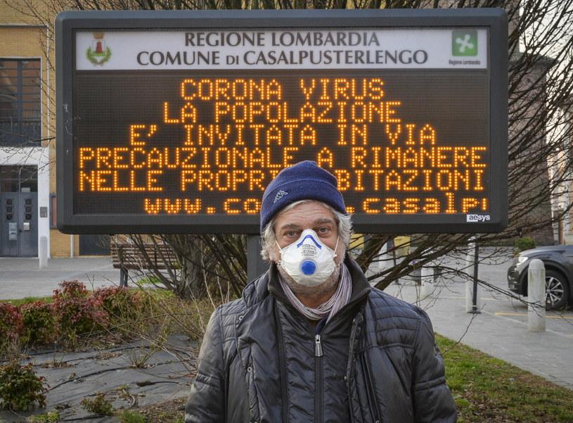 Mężczyzna we włoskiej miejscowości Casalpusterlengo /EPA