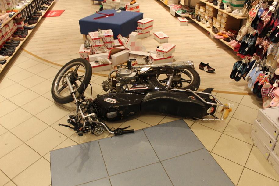 Mężczyzna wjechał motorowerem do sklepu /Policja