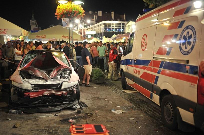 Mężczyzna wjechał późnym wieczorem w grupę ludzi, a następnie rozbił samochód na drzewie. /Karolina Misztal /East News