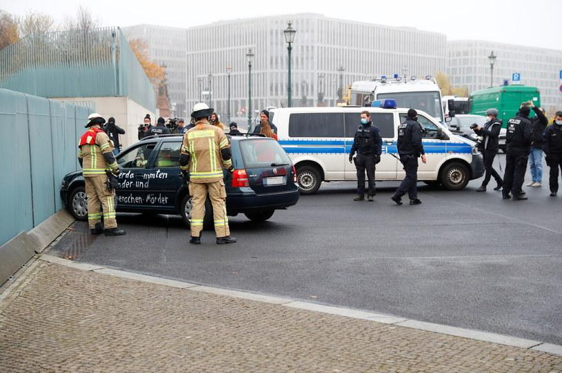 Mężczyzna wjechał w bramę urzędu kanclerskiego /Fabrizio Bensch/REUTERS /Agencja FORUM