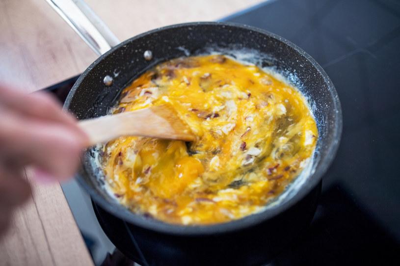 Mężczyzna włamał się do kuchni i usmażył jajecznicę /123RF/PICSEL
