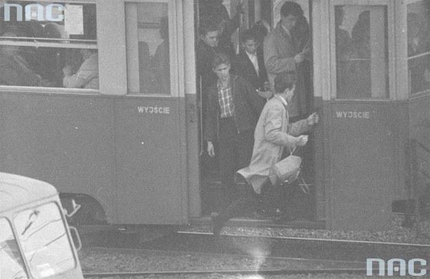 Mężczyzna wskakujący do tramwaju /Z archiwum Narodowego Archiwum Cyfrowego