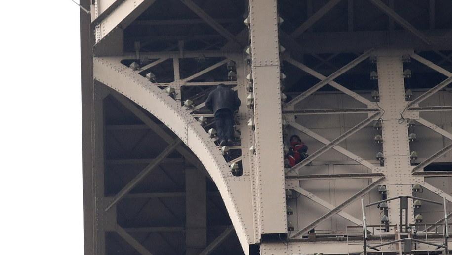 Mężczyzna wspinający się na wieże Eiffla /YOAN VALAT  /PAP/EPA