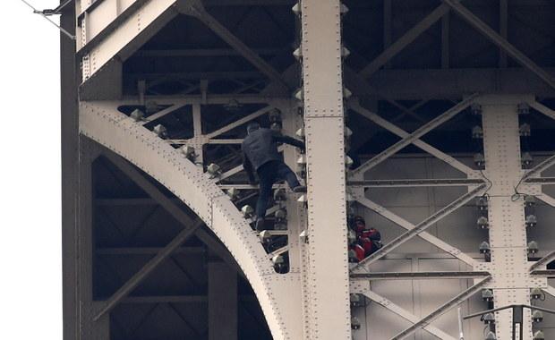 Mężczyzna wspinał się po wieży Eiffla 6 godzin. Wszystkich ewakuowano