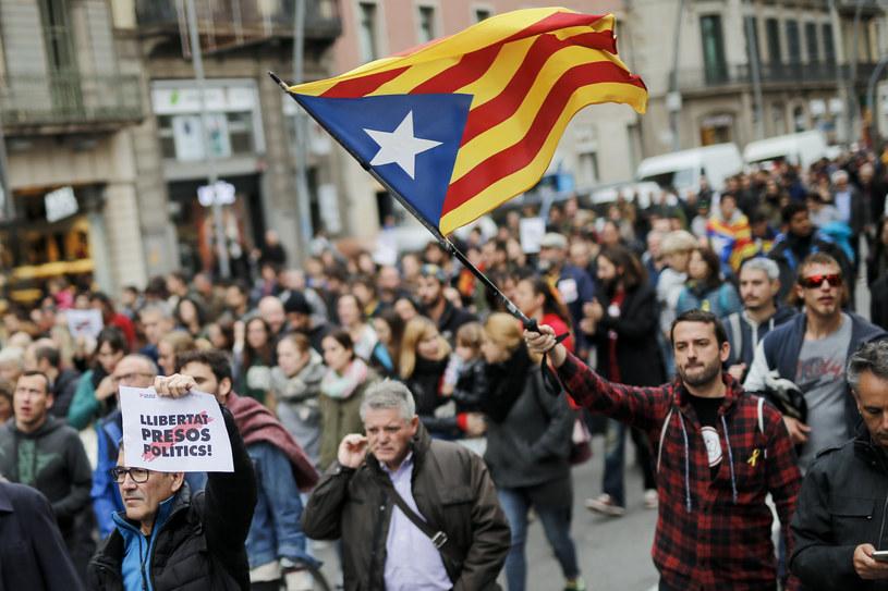 Mężczyzna z flagą Katalonii w Barcelonie /AFP