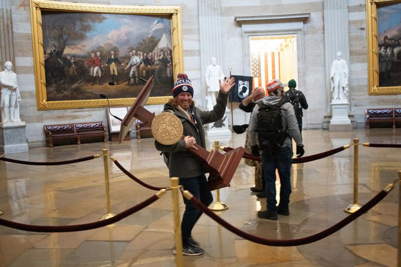 Mężczyzna z mównicą Nancy Pelosi /Getty Images