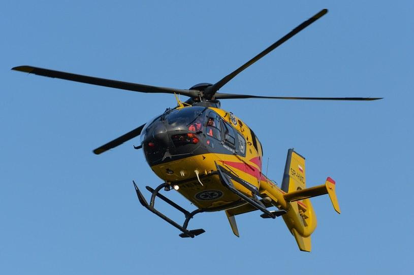 Mężczyzna z obrażeniami został przetransportowany do szpitala przez śmigłowiec Lotniczego Pogotowia Ratunkowego; zdj. ilustracyjne /Gerard /Reporter