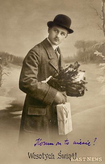 Mężczyzna z prezentami świątecznymi na tle zimowego krajobrazu, 1917 r.