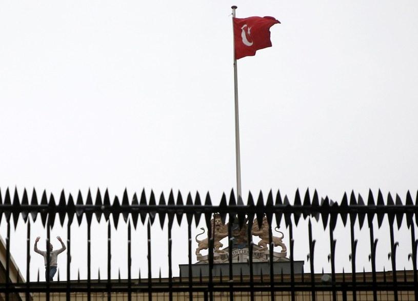 Mężczyzna zamienił flagę holenderską na turecką na budynku konsulatu /DENIZ TOPRAK /PAP/EPA