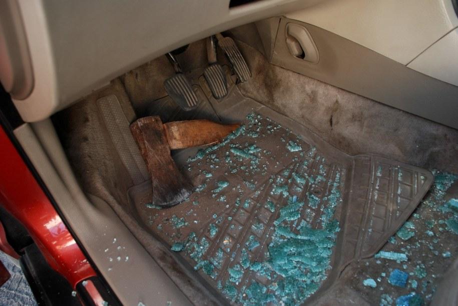 Mężczyzna zdewastował auto sąsiada /KPP Kościerzyna /