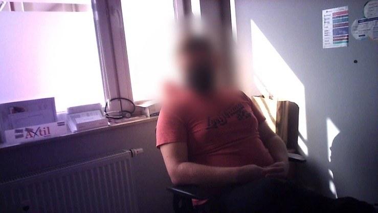 Mężczyzna został zatrzymany, a następnie oskarżony o przestępstwo z art. 200 kk - czyli doprowadzenie do innej czynności seksualnej osoby małoletniej - i prawomocnie skazany. /kadr z programu Interwencja /