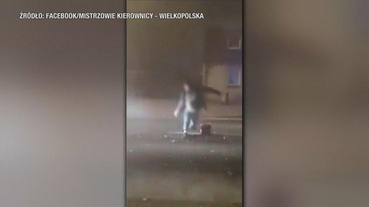 Mężczyznę odpalającego fajerwerki na środku drogi potrącił dostawczy samochód. /Facebook / Mistrzowie Kierownicy - Wielkopolska  /Polsat News