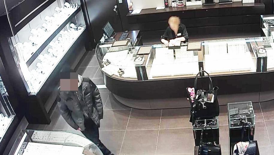 Mężczyznę zarejestrowały kamery monitoringu, gdy przed napadem był w salonie /Policja