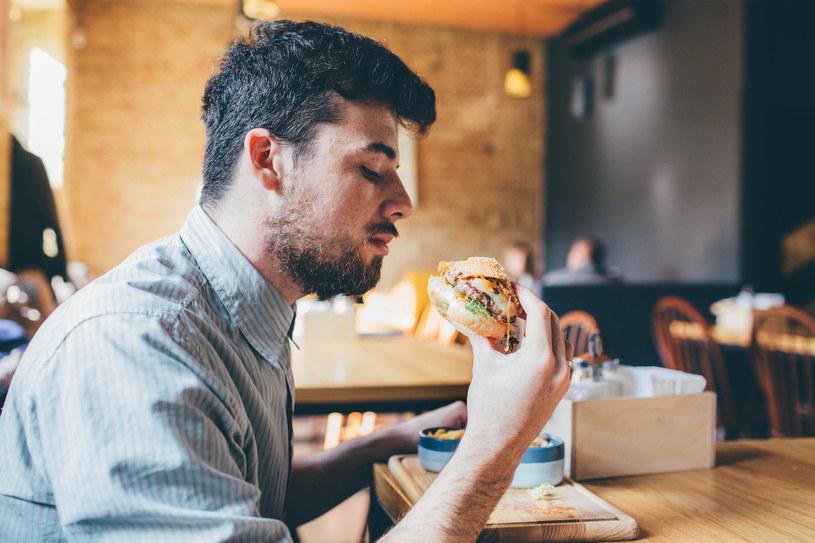 Mężczyźni mają większy ślad węglowy niż kobiety. Winne jest mięso i samochody /123RF/PICSEL