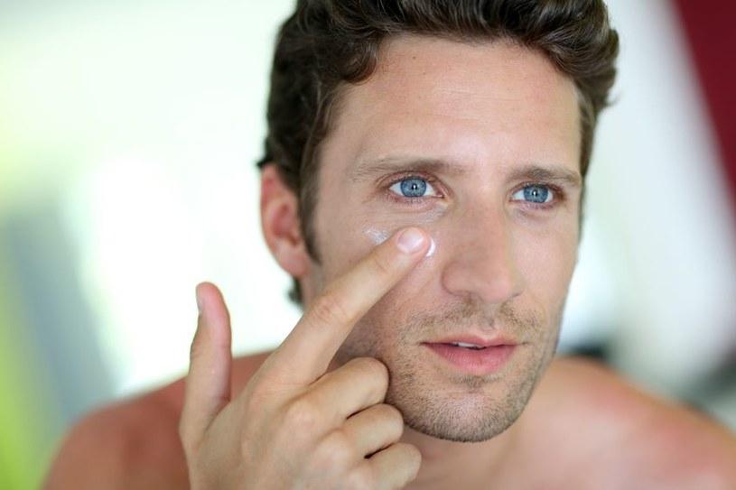 Mężczyźni obecnie dbają o wygląd i często sięgają po kosmetyki /123RF/PICSEL