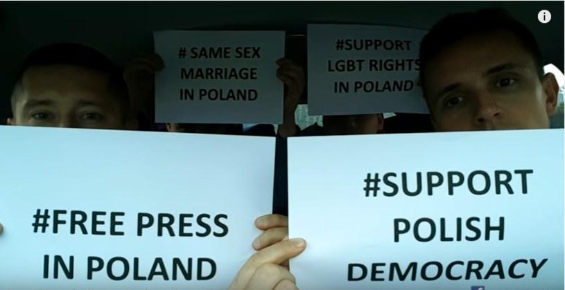 Mężczyźni prezentują hasła nawiązujące do sytuacji w Polsce i praw osób homoseksualnych /YouTube