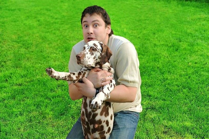 Mężczyźni także są w stanie nawiązać głęboką przyjaźń z psem /123RF/PICSEL