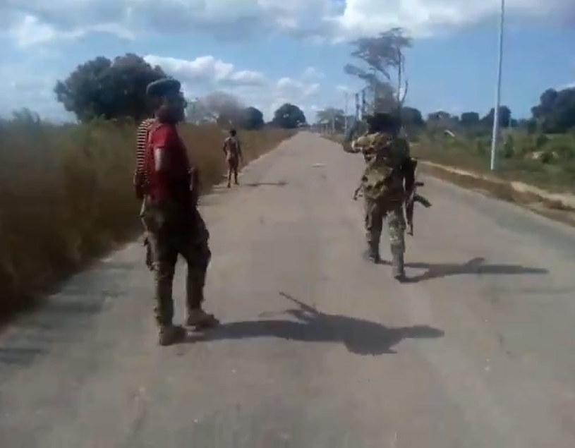 Mężczyźni w mundurach pobili i zastrzelili nagą kobietę /Twitter