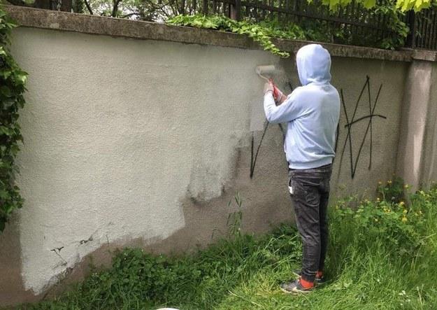 Mężczyźni w ramach resocjalizacji odmalowali ogrodzenie i uporządkowali park Pamięci Wielkiej Synagogi /Facebook