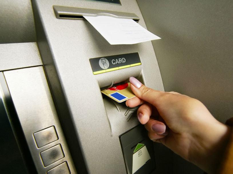 Mężczyźni wyrwali bankomat z chodnika/ Zdjęcie ilustracyjne /123RF/PICSEL