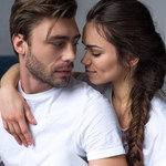 Mężczyźni z niskim głosem mogą unikać zaangażowania się w związek