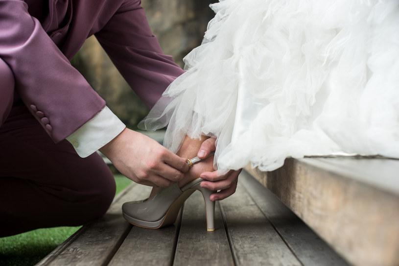 Mężczyźni z niższym wykształceniem chętniej przyjmują nazwisko żony /123RF/PICSEL