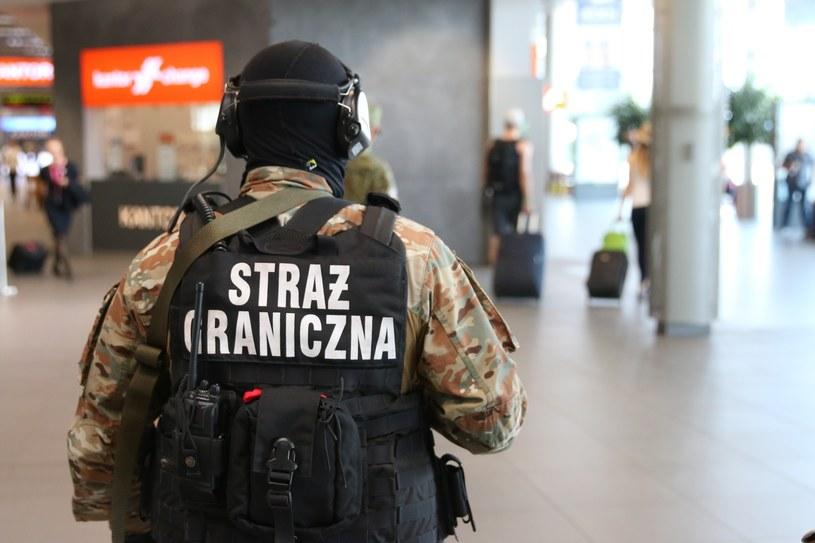 Mężczyźni zostali zatrzymani przez funkcjonariuszy z placówki Straży Granicznej przy porcie lotniczym w Pyrzowicach /Tomasz Kawka /Agencja SE/East News