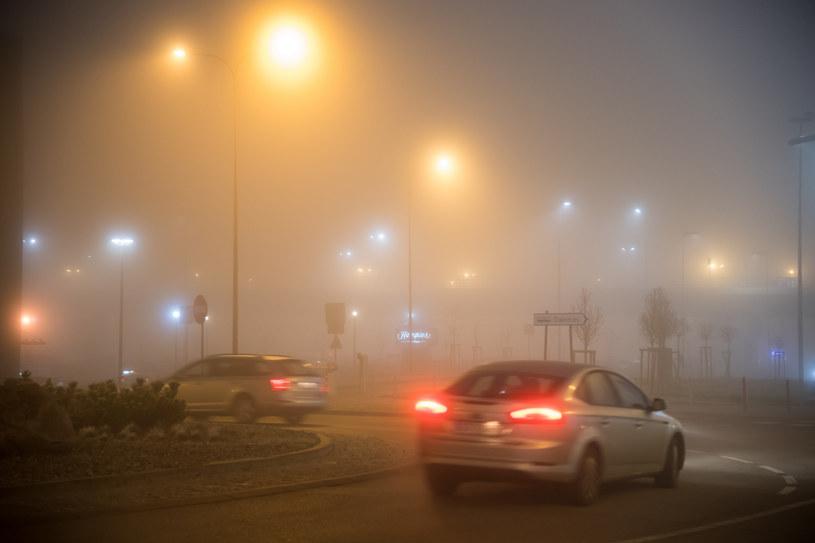 Mgła powoduje liczne utrudnienia dla kierowców /Wojciech Strozyk/ /Reporter