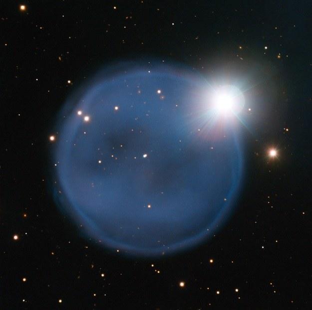 Mgławica planetarna Abell 33 i widoczna przez nią gwiazda tworzą niezwykły kosmiczny pierścionek. /materiały prasowe