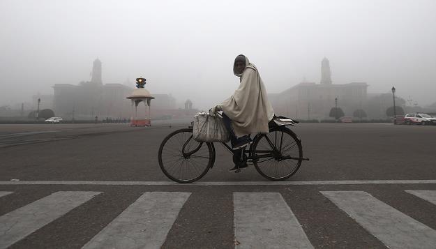Mglisty i mroźny poranek na Vijay Chowk w New Delhi. /EPA