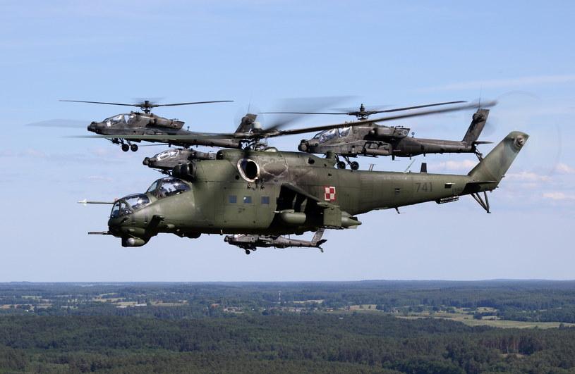 Mi-24 w towarzystwie AH-64 Apache podczas ćwiczeń Anakonda /Bartek Bera /INTERIA.PL