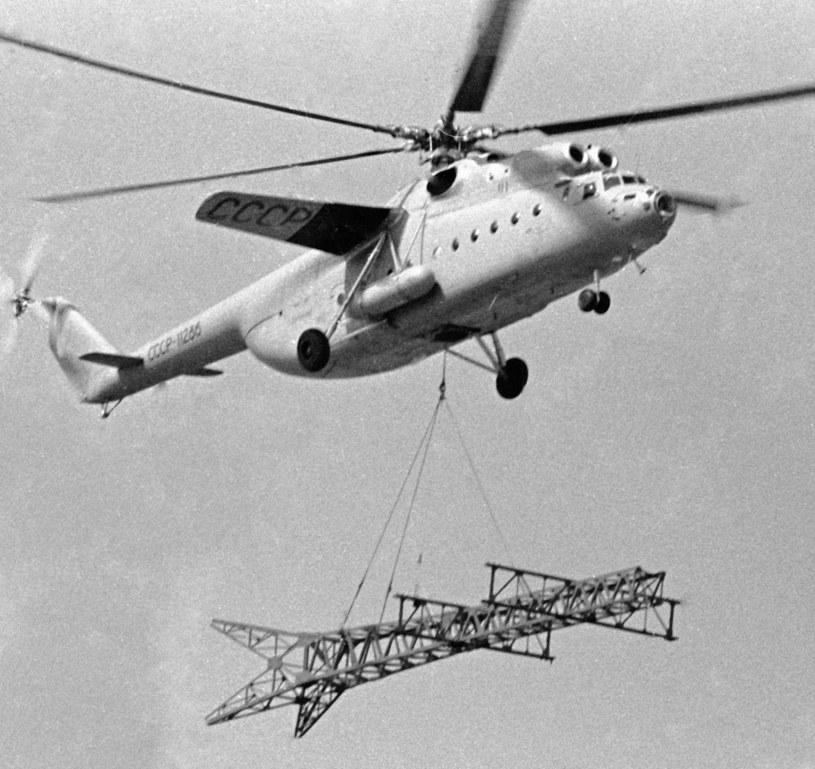 Mi-6 przewożący wieżę do instalacji elektrycznej /East News