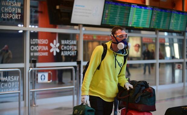 """Miał międzylądowanie w Warszawie, utknął na lotnisku. """"Siedzę i czekam na cud"""""""