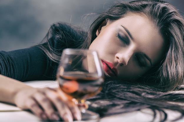 Miasta wprowadzają nocne zakazy sprzedaży alkoholu /©123RF/PICSEL