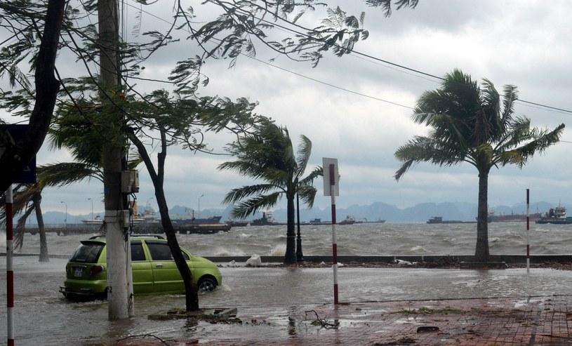 Miasto Ha Long po przejściu tajfunu /AFP
