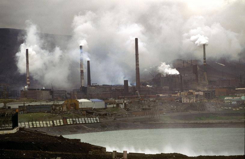 Miasto Norylsk, gdzie mieści się największy na świecie zakład wytopu metali ciężkich – Norylski Nikiel /Churochkin /East News